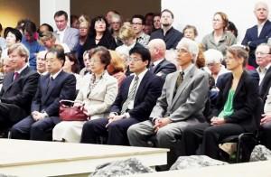 在オランダ日本大使ご夫妻。書記官と(右側は通訳)