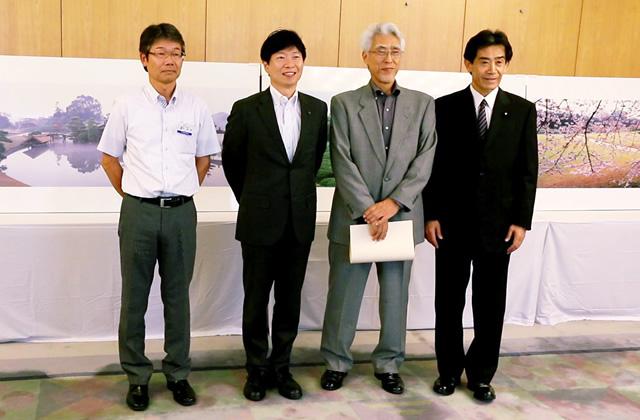 寄贈作品をバックに県知事( 中央左) と記念撮影